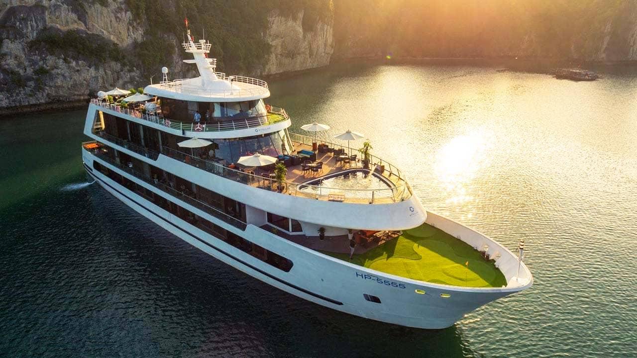 Tour Hạ Long 3 ngày 2 đêm du hí trên chiếc du thuyền hạng sang. Nguồn: Internet
