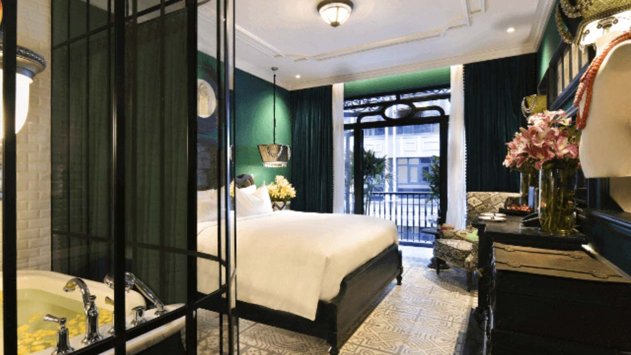 Phòng nghỉ với màu chủ đạo trầm, nhã nhặn tại khách sạn De La Coupole