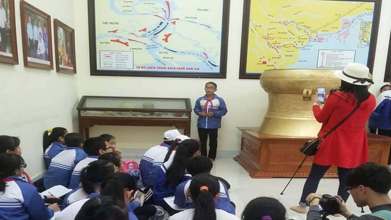 Học sinh tham quan và học tập tại khu nhà Bảo tàng Bạch Đằng Giang. Nguồn: Internet
