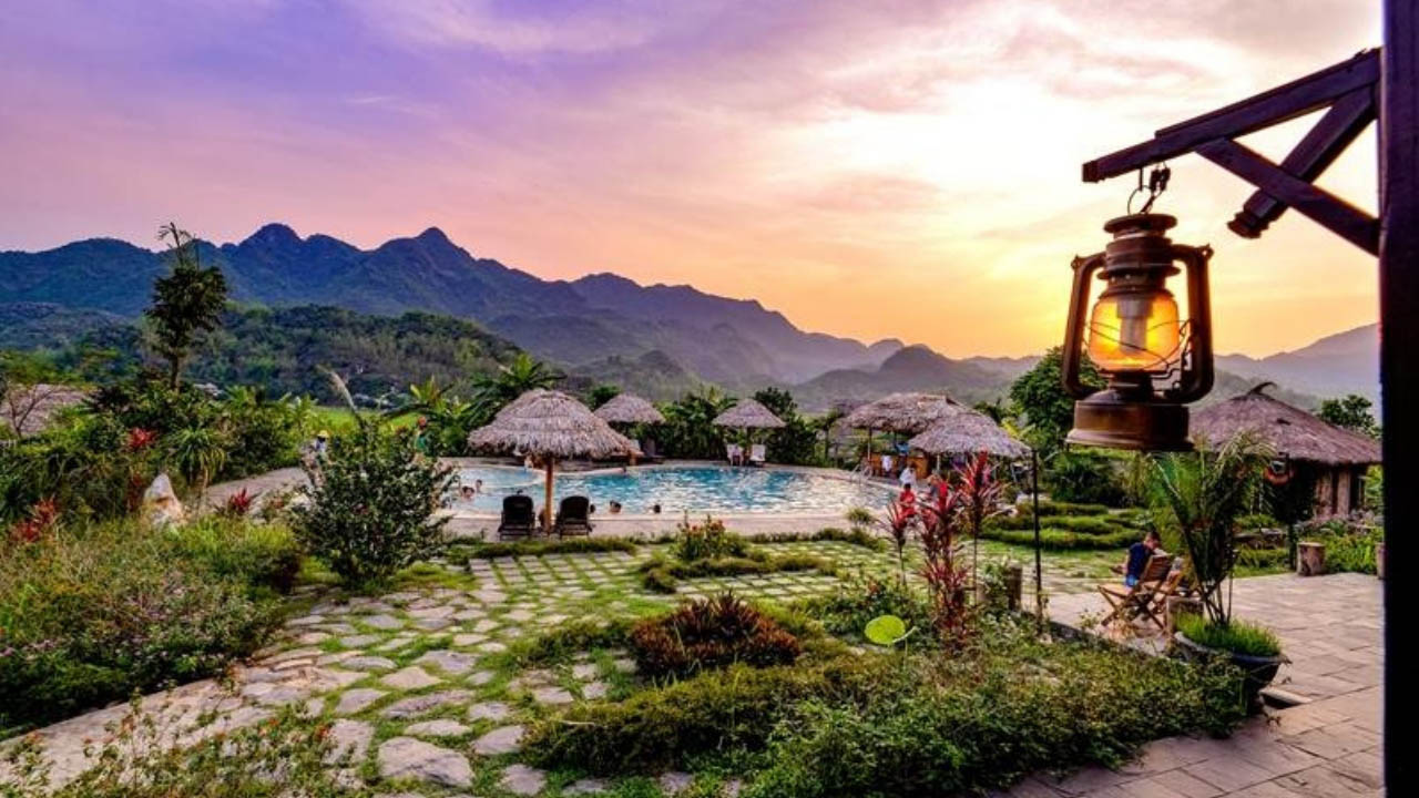 Quang cảnh khu bể bơi khi chiều tà tại Mai Châu Ecolodge