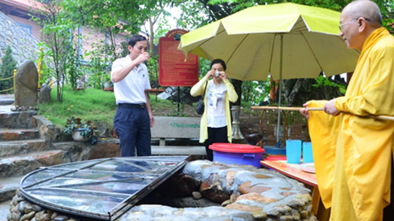 Du khách tới chùa Ba Vàng uống nước ở giếng thần cổ. Nguồn: Internet