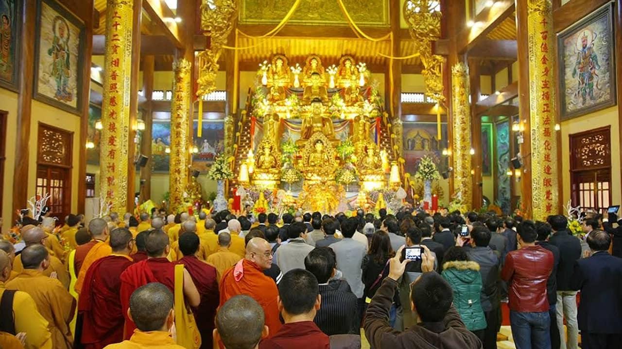 Cùng đường Tam bảo tại chùa Ba Vàng. Nguồn: Internet