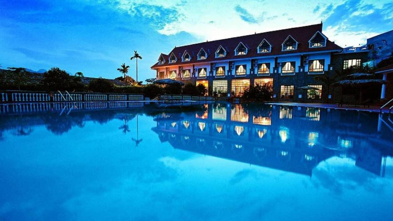 V resort Hòa Bình hiện lên ảo diệu khi trời tối