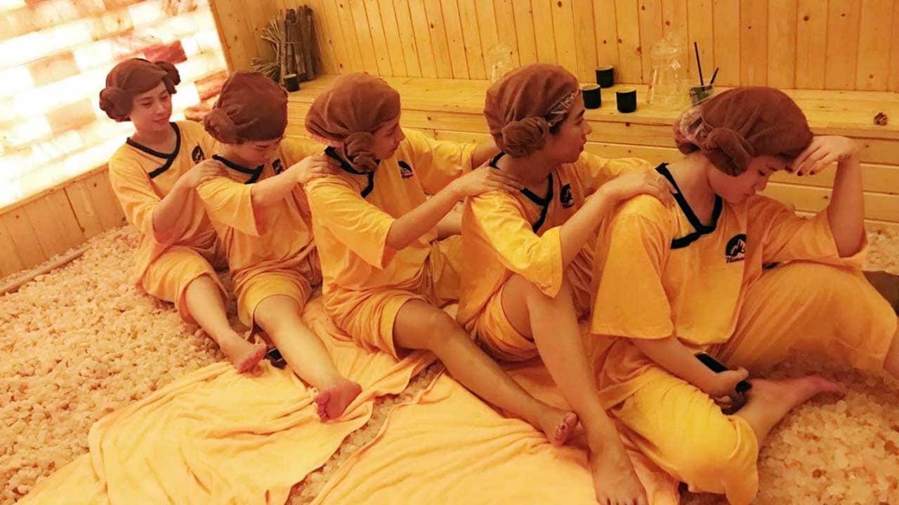 Nhóm bạn trẻ rủ nhau thư giãn rất thoải mái bên trong phòng xông hơi đá muối hồng ngoại tại Himalaya Health Spa. Nguồn: Internet