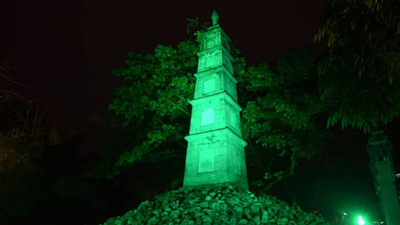 Tháp Bút (Hà Nội) như được khoác áo mới trong ngày chiến dịch nhuộm xanh chào mừng Quốc khánh Ireland.