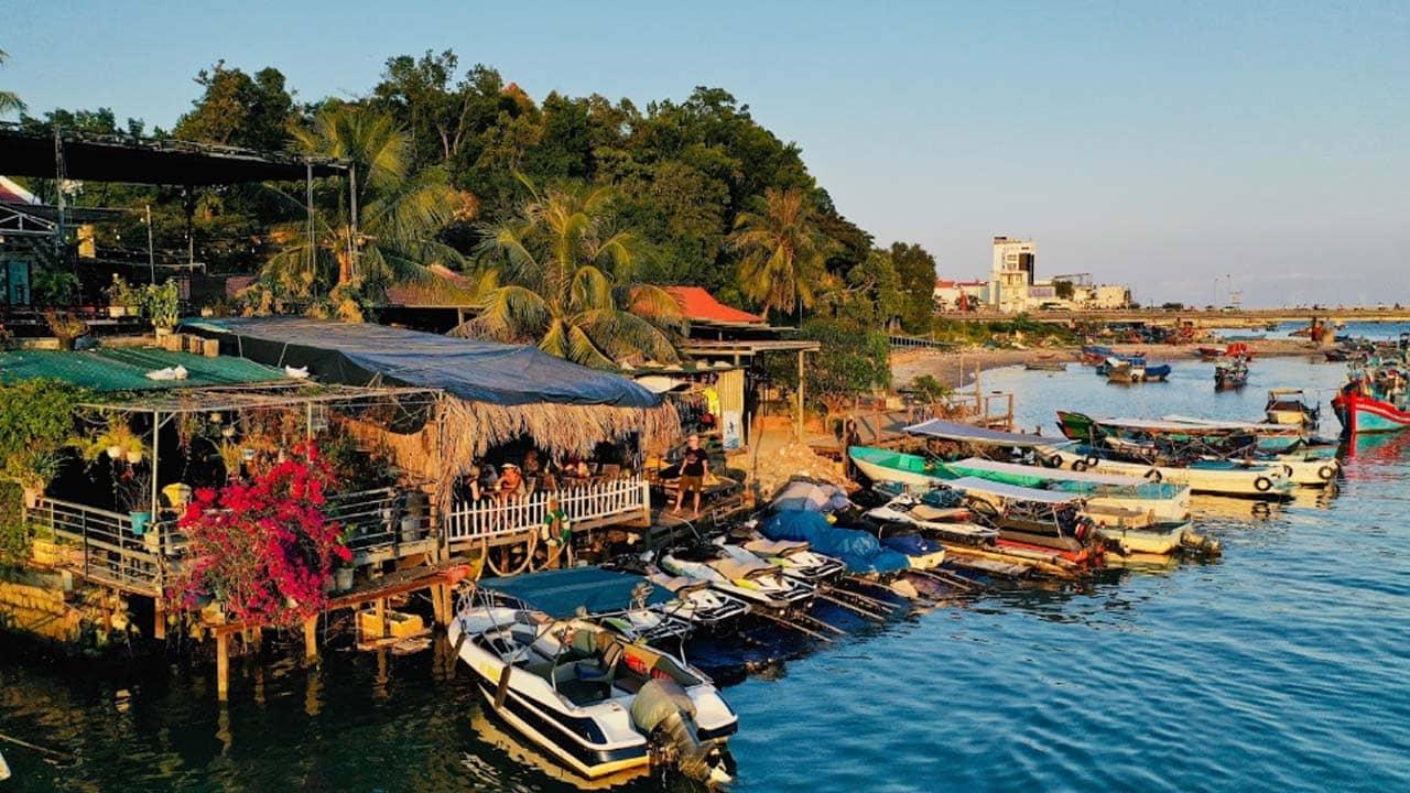 Sunshine quán nằm ngay cạnh rìa sông