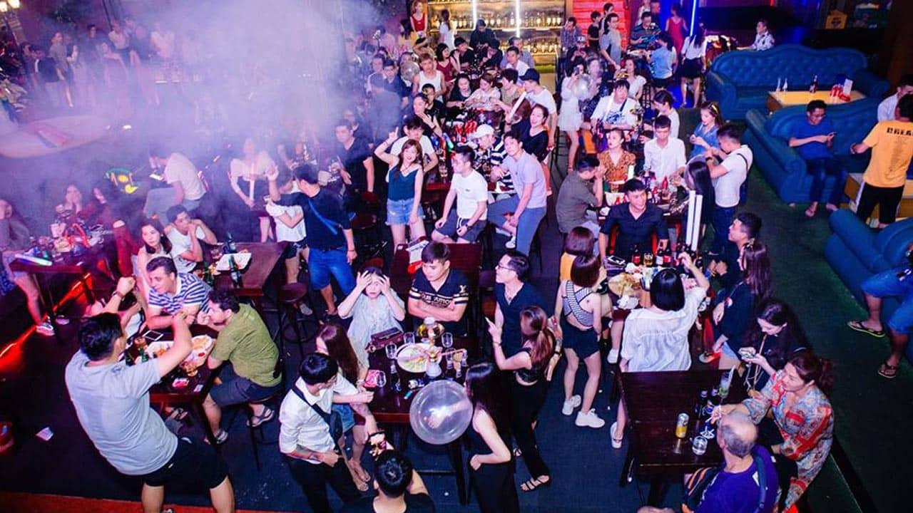 Không khí náo nhiệt tại Why Not Bar