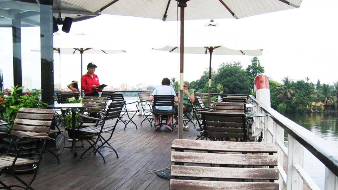 Tầm nhìn ra hồ trên boong tầng 2 tại du thuyền Highlands Coffee. Nguồn: Internet