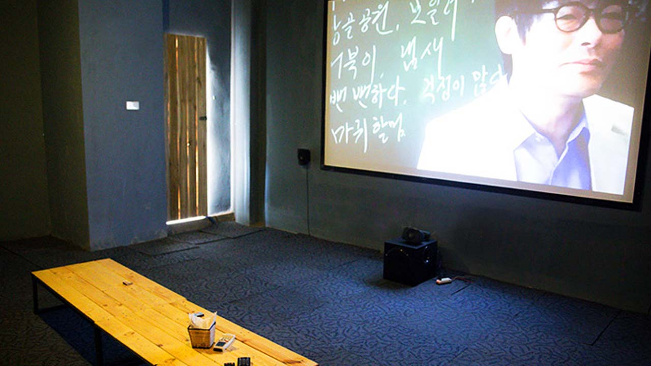 Private movie room at Bach Khoa book cafe.  Source: Internet