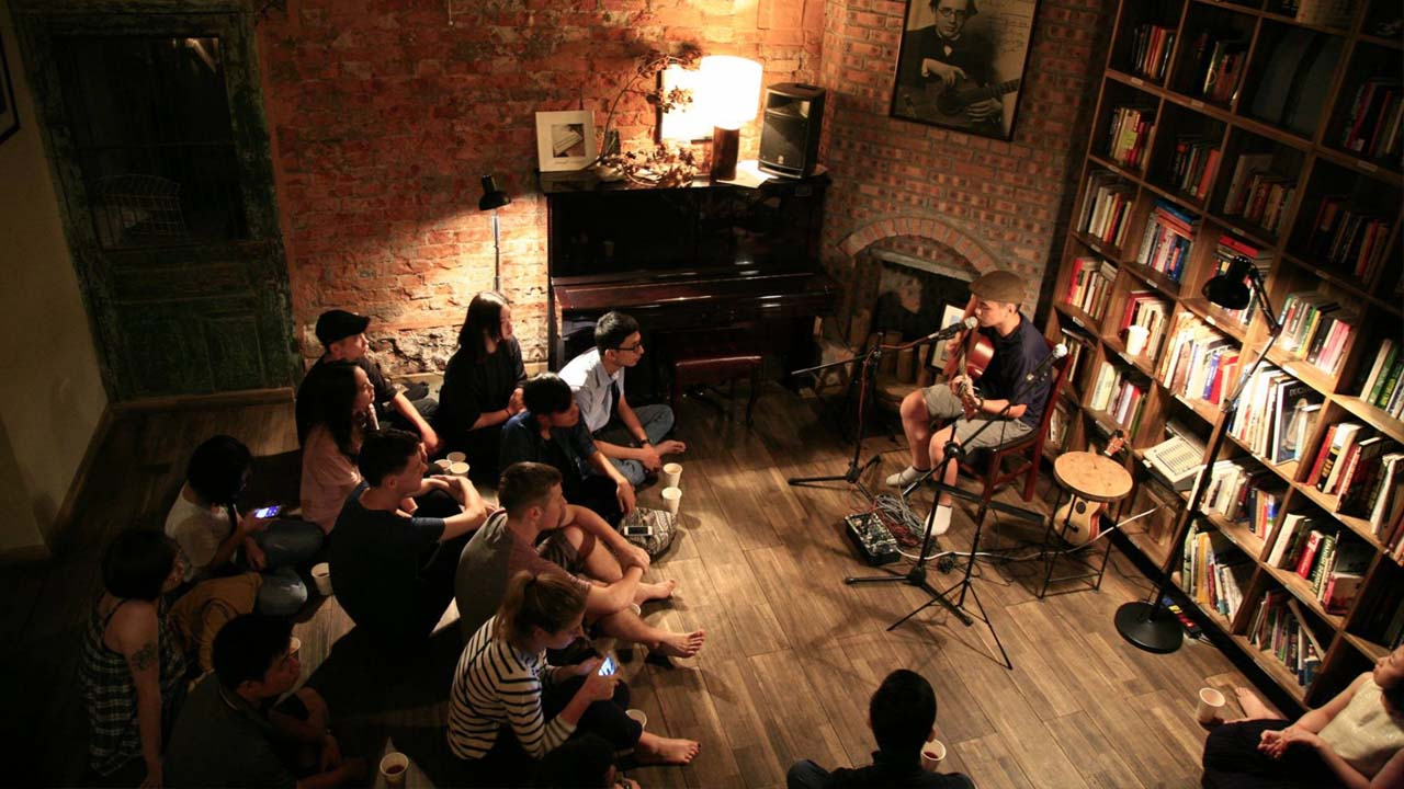 Music exchange at Hanoi Tranquil book cafe.  Source: Internet