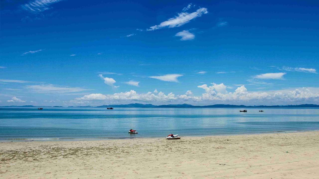 Bãi biển Hồng Vàn êm đềm tại đảo Cô Tô. Nguồn: Internet