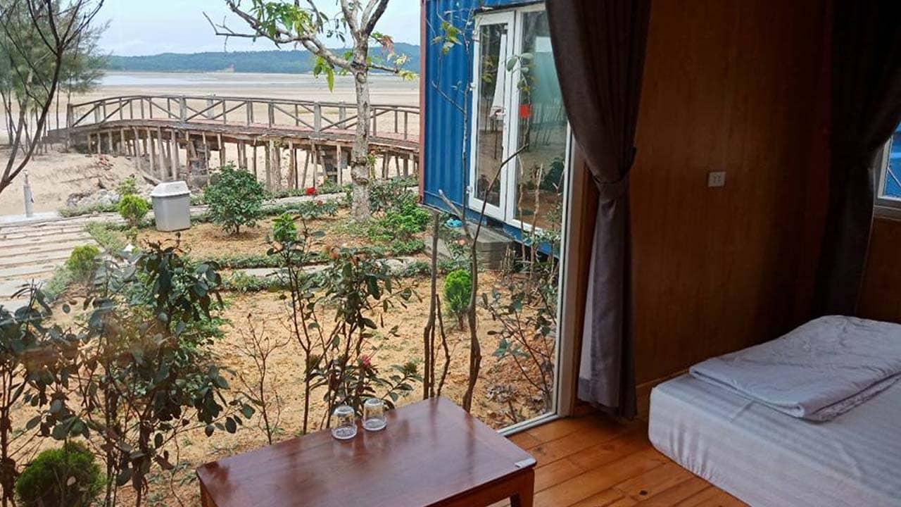 View từ bên trong căn phòng container tại homestay. Nguồn: Internet