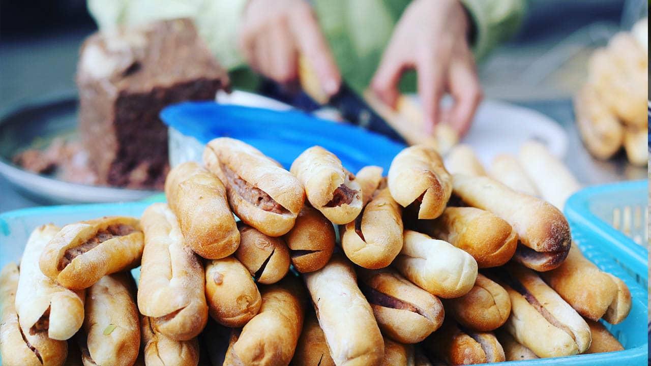 Bánh mỳ cay có hình dáng thuồn dài nhỏ hay được người địa phương gọi là bánh mỳ que.