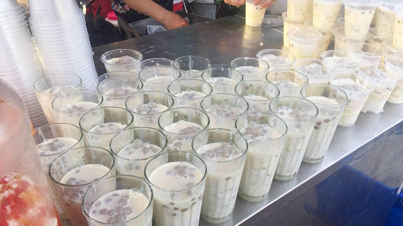 """Món chè là một cốc """"toàn dừa là dừa"""" khiến món ăn này bỗng được nhiều bạn trẻ yêu thích"""