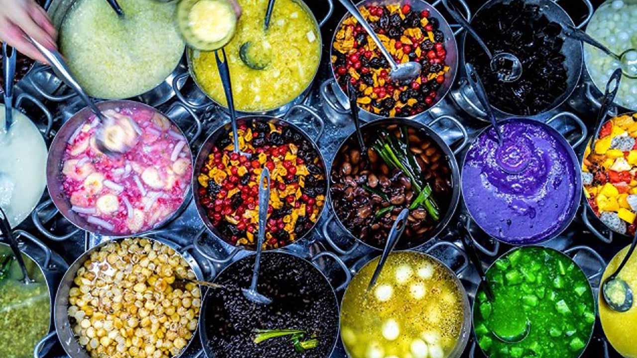 Những nồi chè lớn được nấu sẵn với nhiều màu sắc nổi bật như xanh, đỏ, tím, vàng, đen…bắt mắt