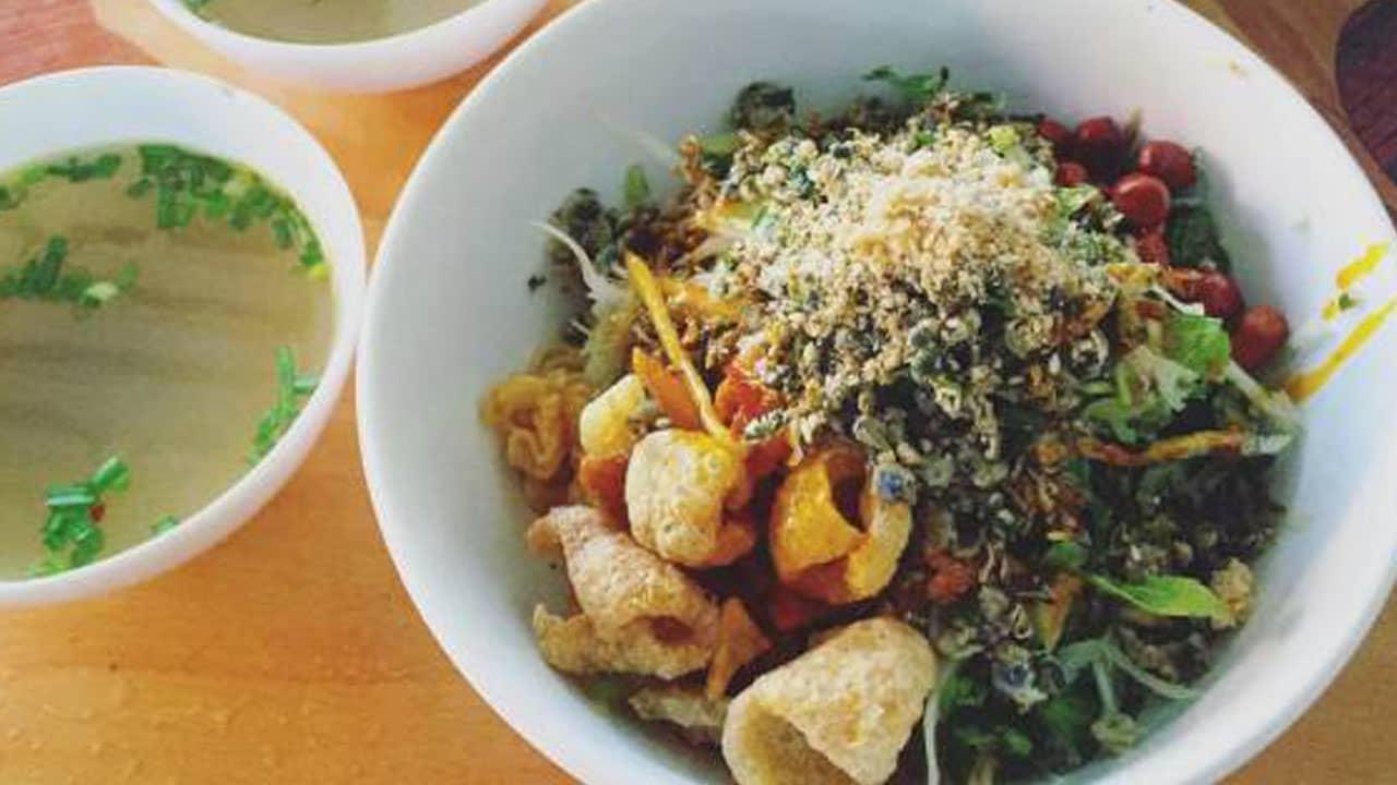 Từ lâu cơm hến đã trở thành món ăn truyền thống và dân dã của người Huế