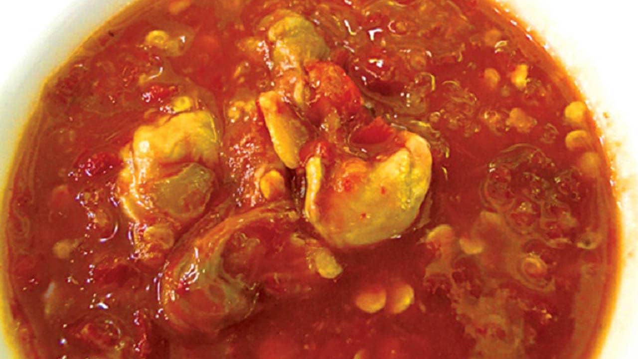 Mắm sò khi ăn sẽ giã một ít tỏi trộn lẫn vào mắm để tăng thêm hương vị,