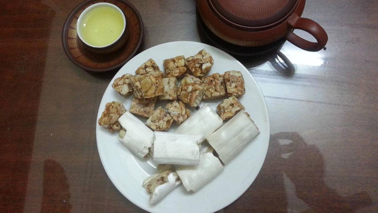 Kẹo dồi có lớp vỏ màu trắng đục khoác bên ngoài được làm mía đường đun thành mạch nha, rất giòn và ngọt nhưng không quá gắt.