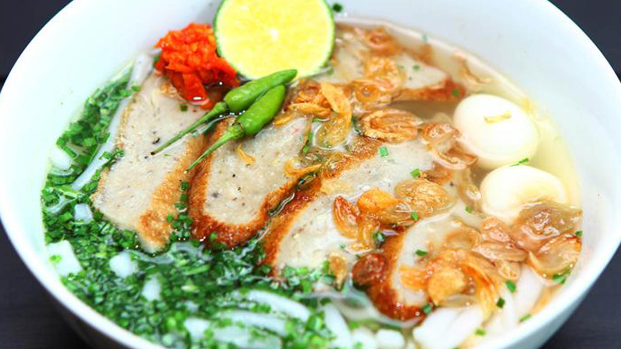 Bánh canh cá thu có vị dai giòn của miếng chả cá thu, nước dùng từ xương cá thu, xương ống, thịt heo tạo vị ngọt thanh ahalong.com