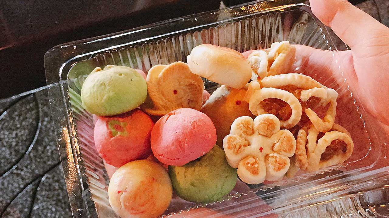 Bánh khéo có độ thanh vị, ngọt dịu, xôm xốp với phần nhân bên trong gồm đậu xanh, dừa, khoai môn ahalong.com