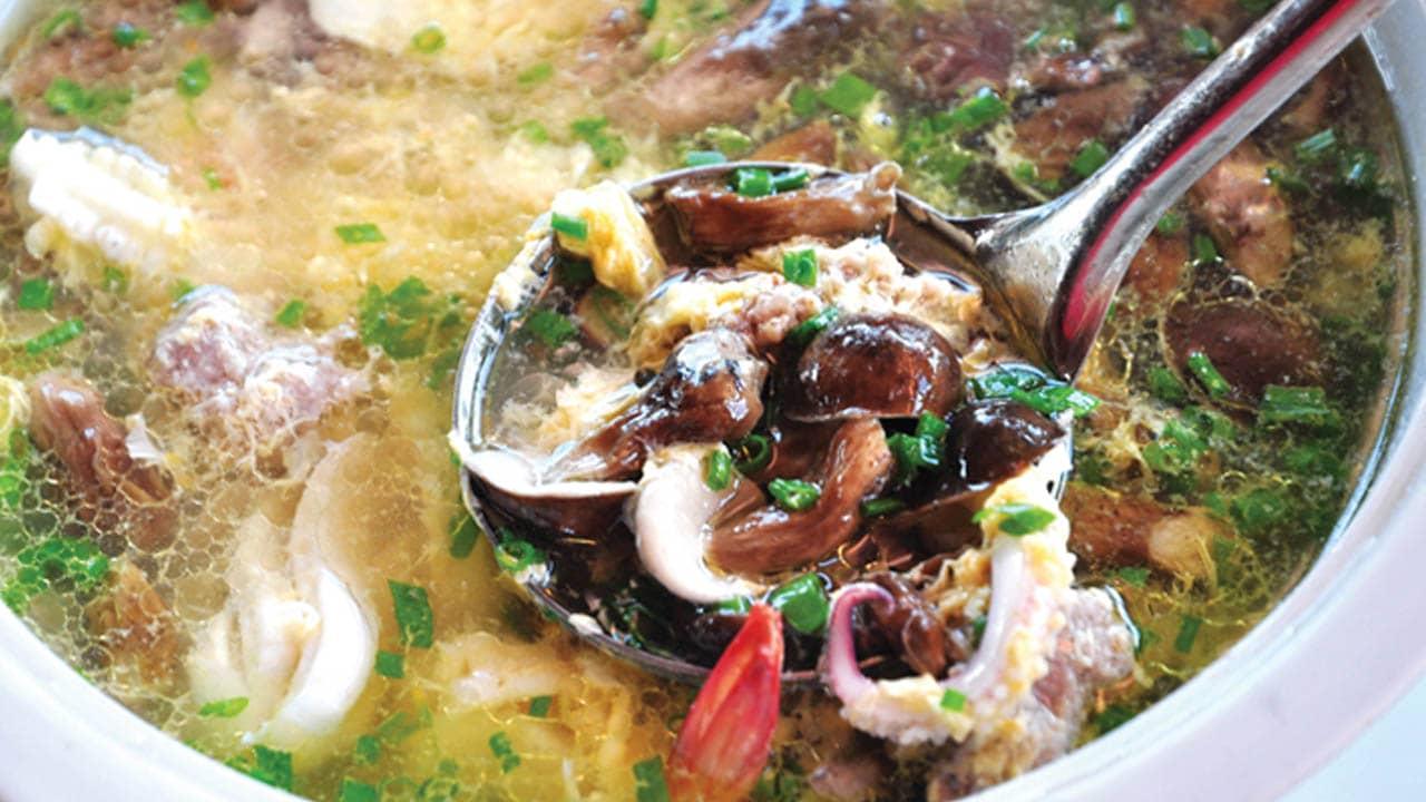 Canh nấm tràm hải sản là món ngon phổ biến trong bữa cơm của người dân nơi đây ahalong.com