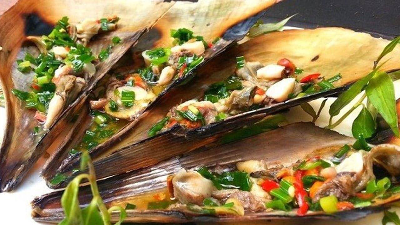 Món ăn kèm với bánh tráng, bún tươi, rau thơm, chuối chát, khế chua ahalong.com