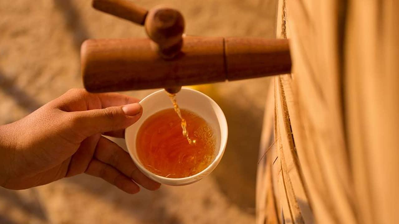 Nước mắm Phú Quốc có mùi vị thơm nhẹ, không hề tanh, màu cánh gián đậm và trong. ahalong.com