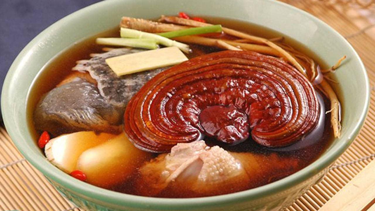 Nấm Linh Chi là đặc sản Sài Gòn được nhiều người tìm kiếm, được ví như thần dược bồi bổ sức khỏe.