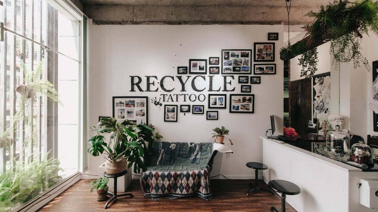 Không gian tại Recycle Bin Tattoo khá mộc mạc và hầu hết tất cả các vật dụng trang trí, nội thất toàn là đồ tái chế