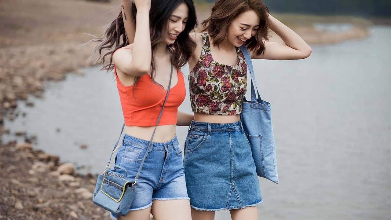Du lịch Cô Tô kết hợp quần sooc và áo croptop trẻ trung. Nguồn: Internet