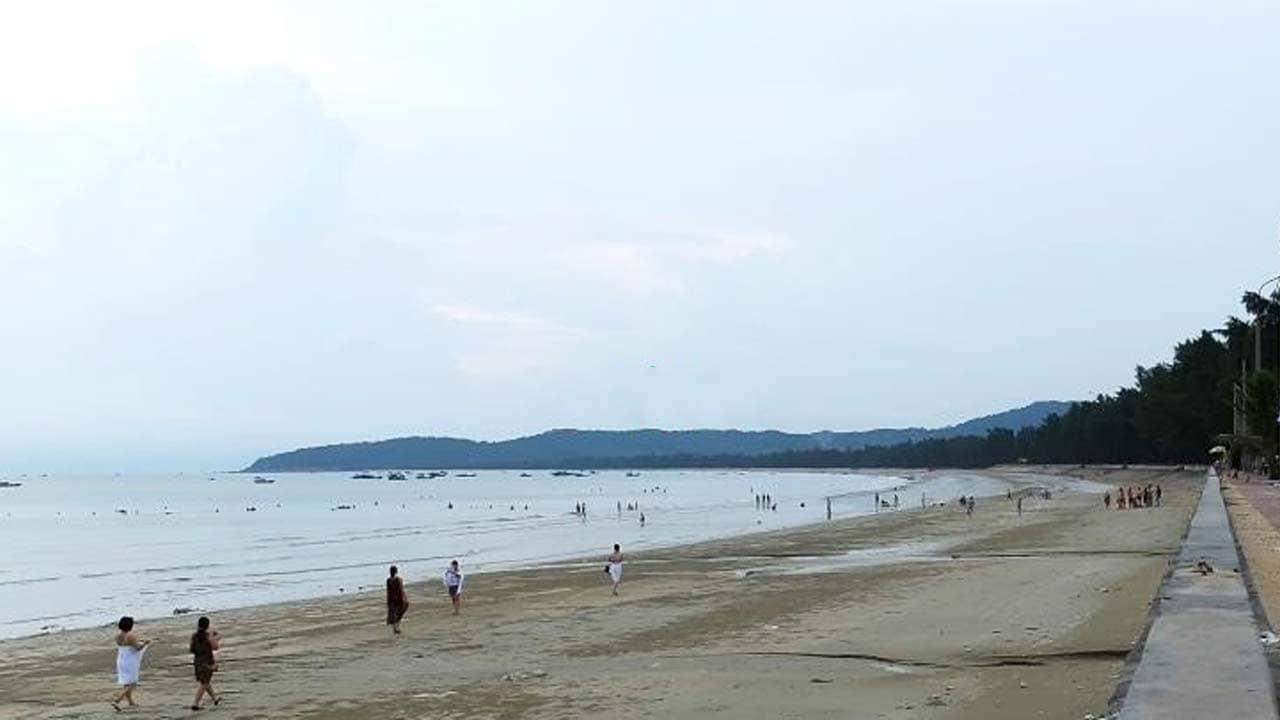 Bãi tắm Tình Yêu thu hút nhiều khách du lịch cho gần thị trấn. Nguồn: Internet