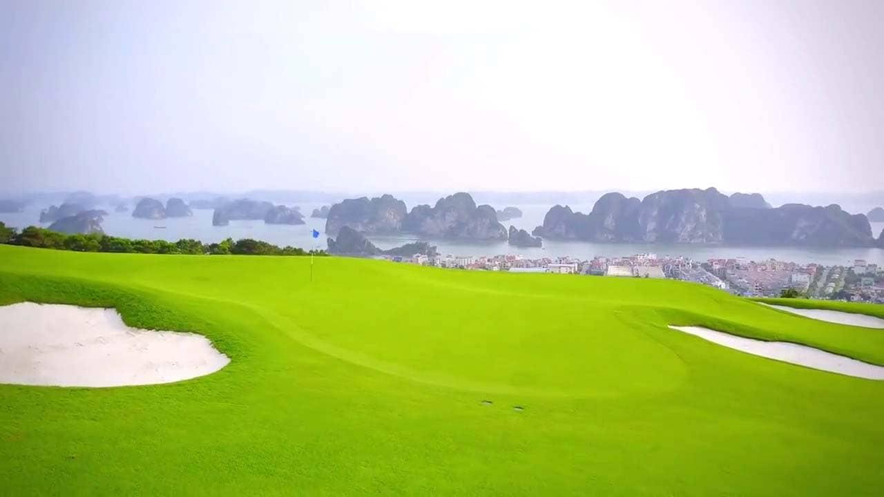 Sân Golf nằm trên đồi cao với tầm nhìn rộng và rõ ra vịnh Hạ Long. Nguồn: Internet