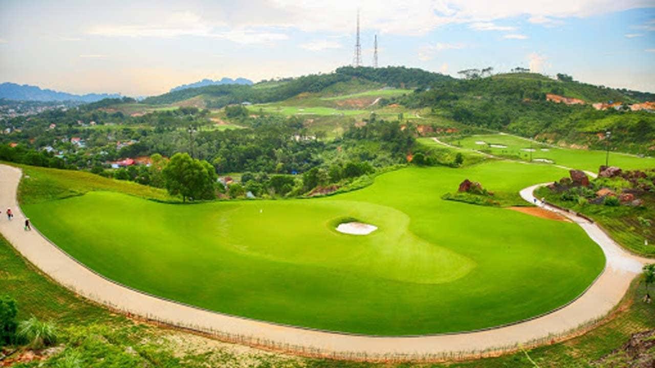 Khung cảnh bao la tuyệt đẹp du khách được chiêm ngưỡng trên sân golf. Nguồn: Internet