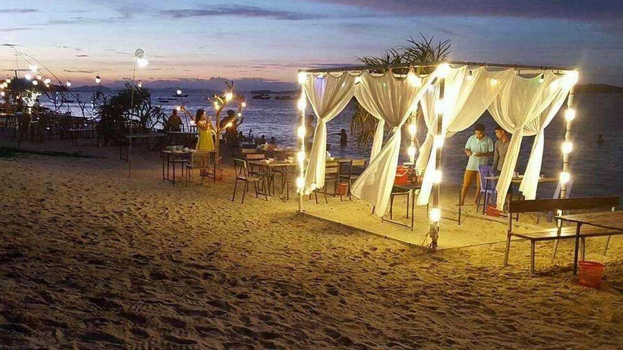 Khu vực bãi biển phía trước homestay dành cho du khách nghỉ ngơi và tổ chức vui chơi, ăn uống. Nguồn: Internet