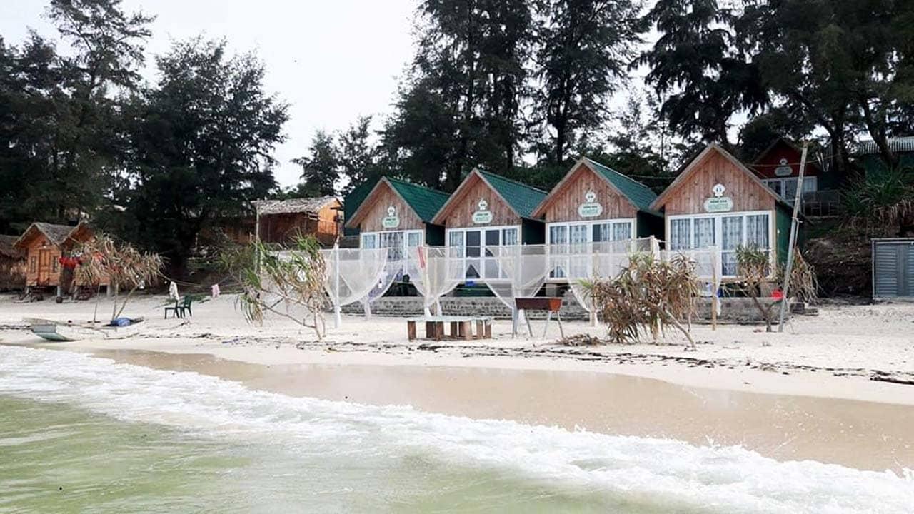 Dãy nhà bungalow sát biển tại Hồng Vàn Homestay ở Cô Tô. Nguồn: Internet