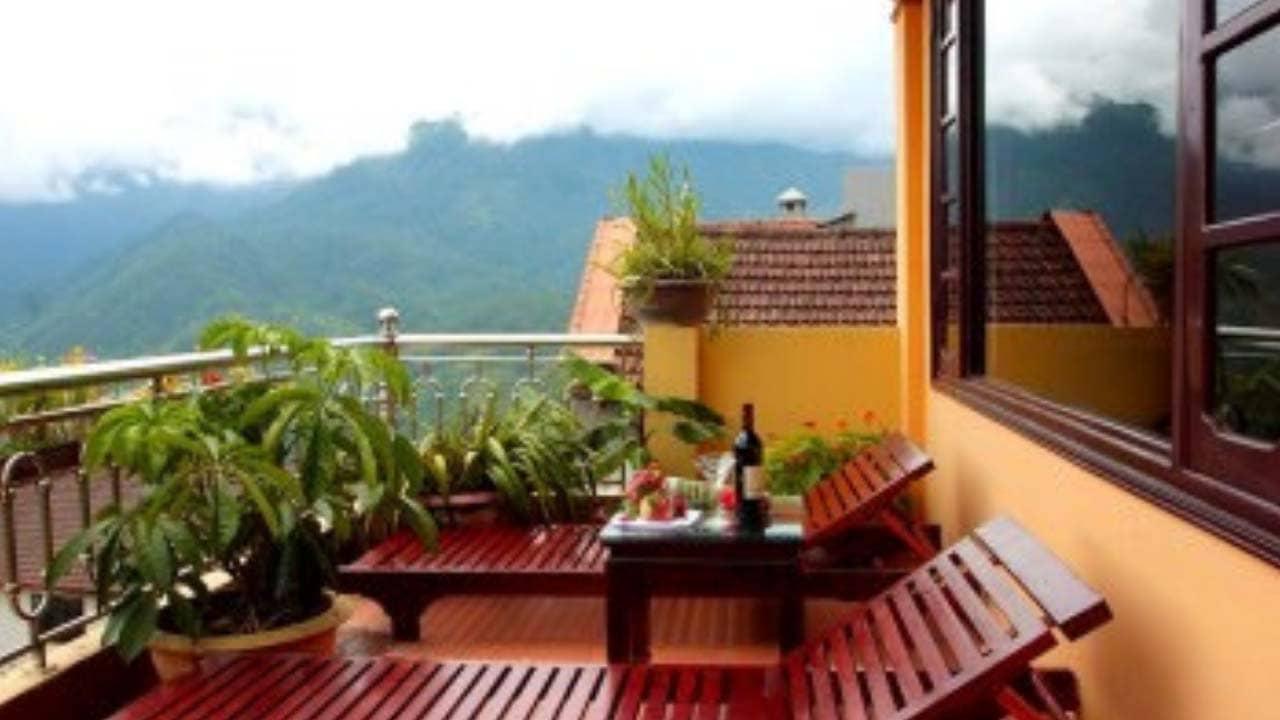 sân thượng, ban công của khách sạn Mùa Xuân còn được điểm thêm hàng ghế ngồi để du khách có thể phóng tầm mắt ra xa, ngắm nhìn núi rừng hùng vĩ,