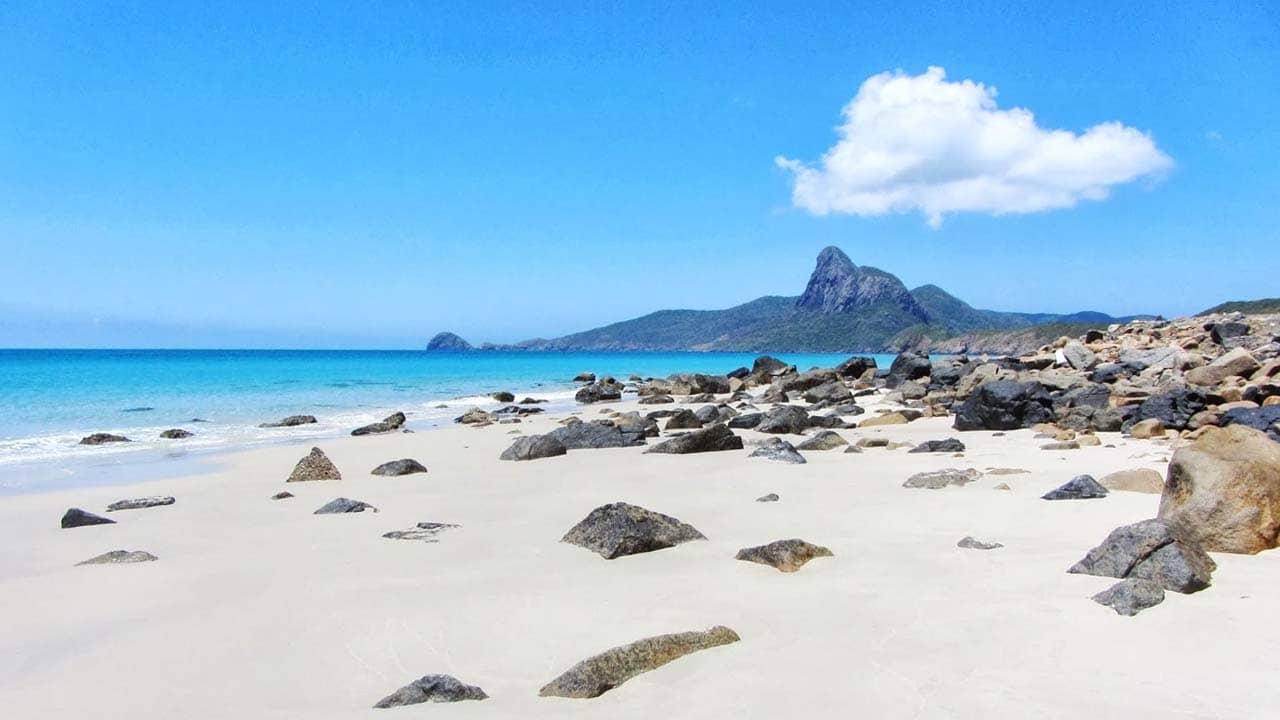 Du lịch ở Cô Tô vào mùa hè (tháng 4, 5) là lúc có trời xanh, mây trắng, nắng vàng. Nguồn: Internet