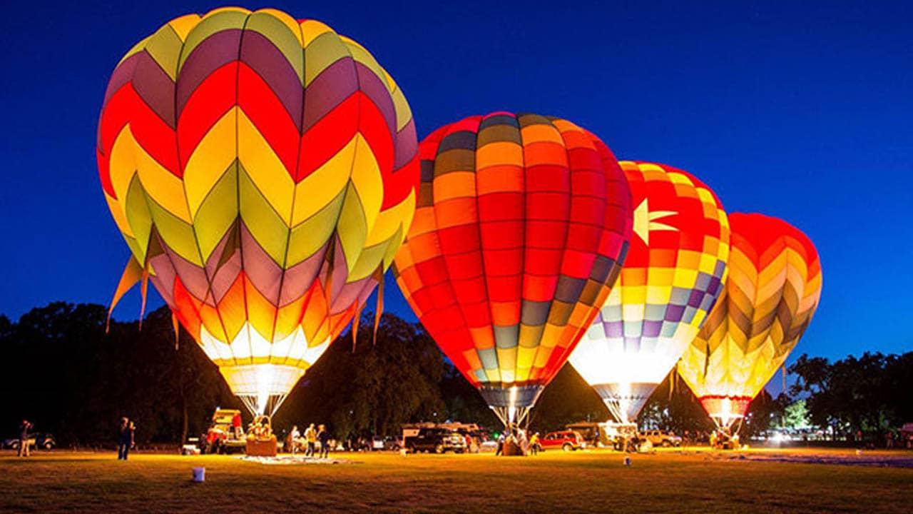 Rất nhiều khinh khí cầu với màu sắc sặc sỡ được thắp sáng