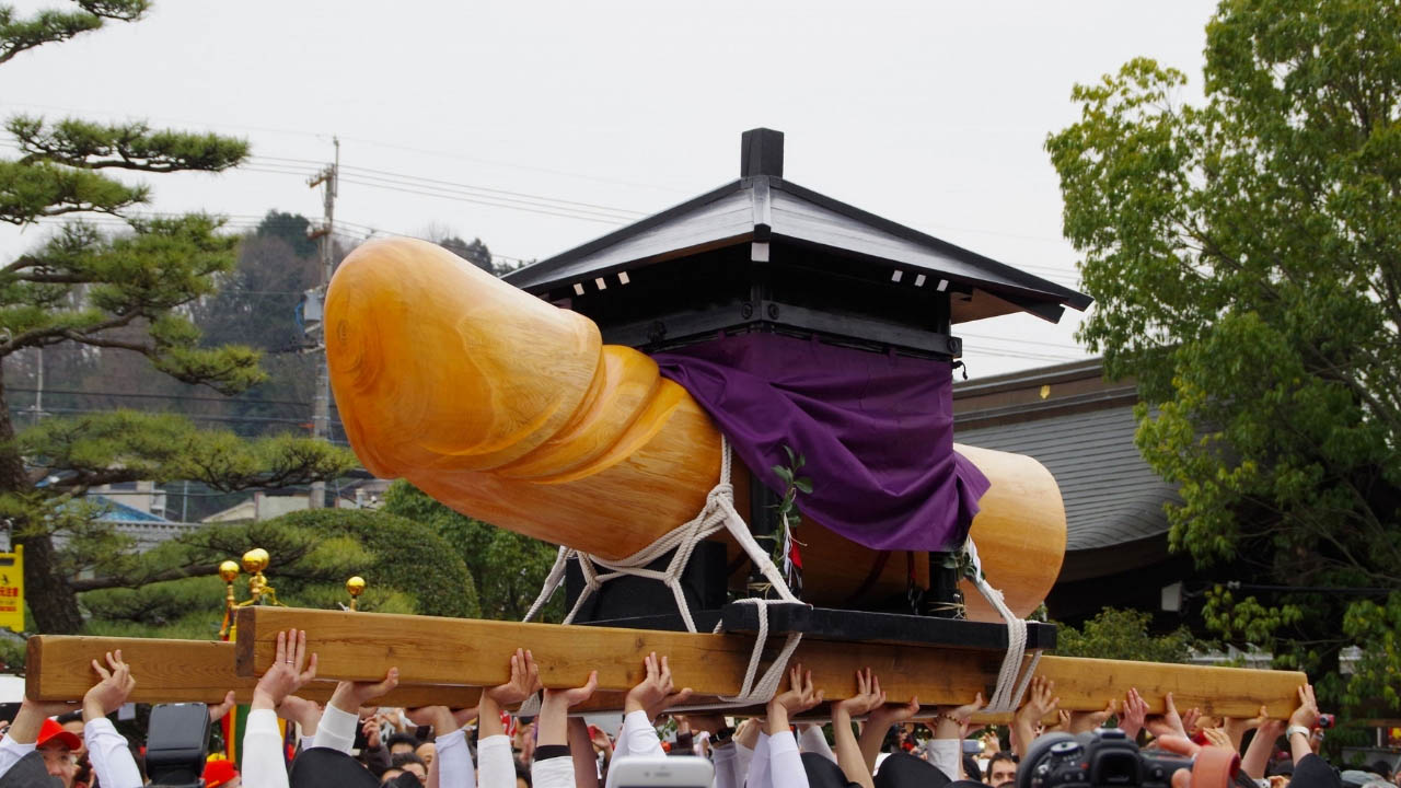 Chiếc dương vật giả khổng lồ được làm từ gỗ của cây bách nhật