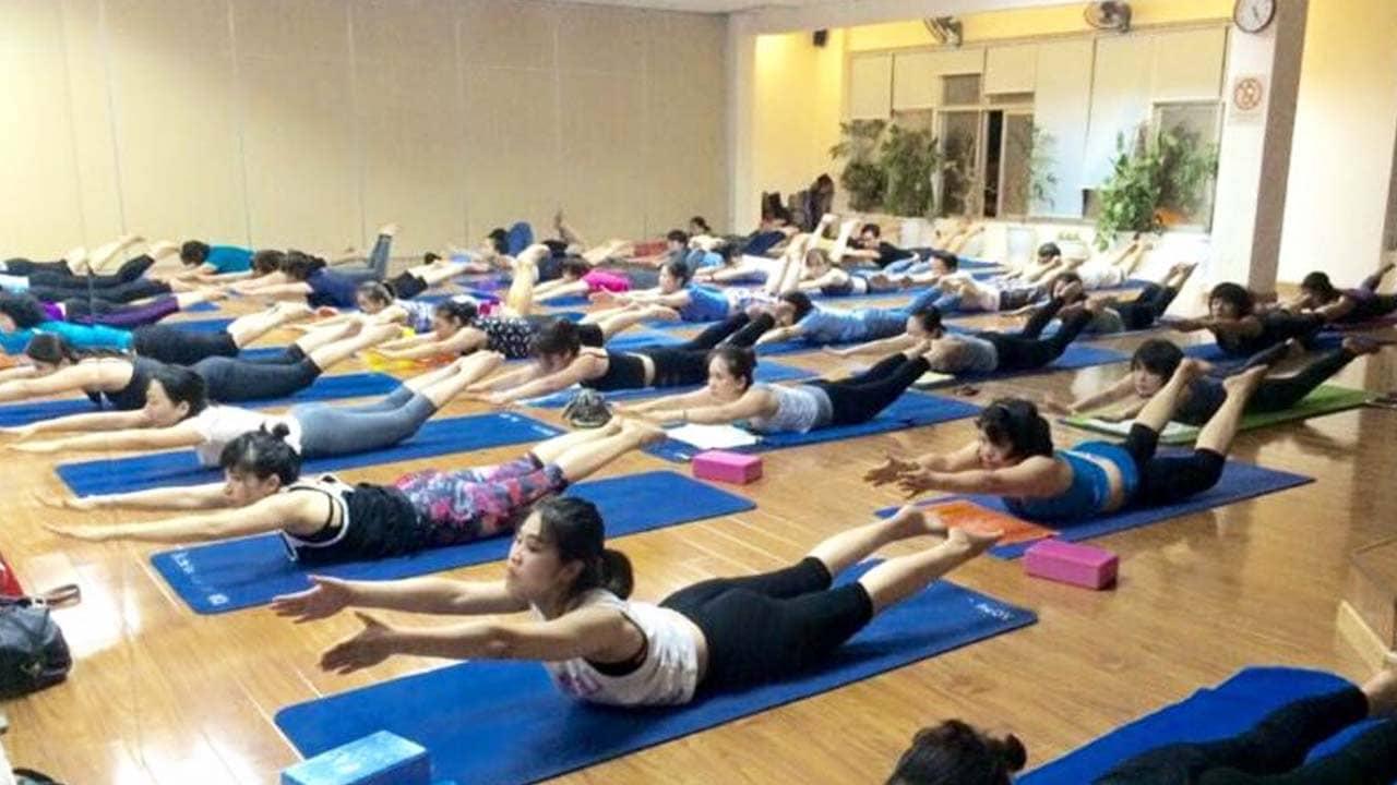 Yoga Ananda Hà Nội với mức giá ưu đãi cho người dưới 22 tuổi thu hút rất nhiều bạn trẻ tới tập. Nguồn: Internet
