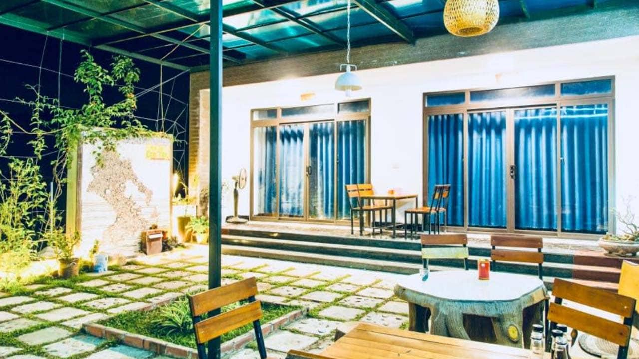 Khu vườn tại homestay Cô Tô Center đủ lớn để du khách ngồi nghỉ ngơi, uống trà tán gẫu. Nguồn: Internet