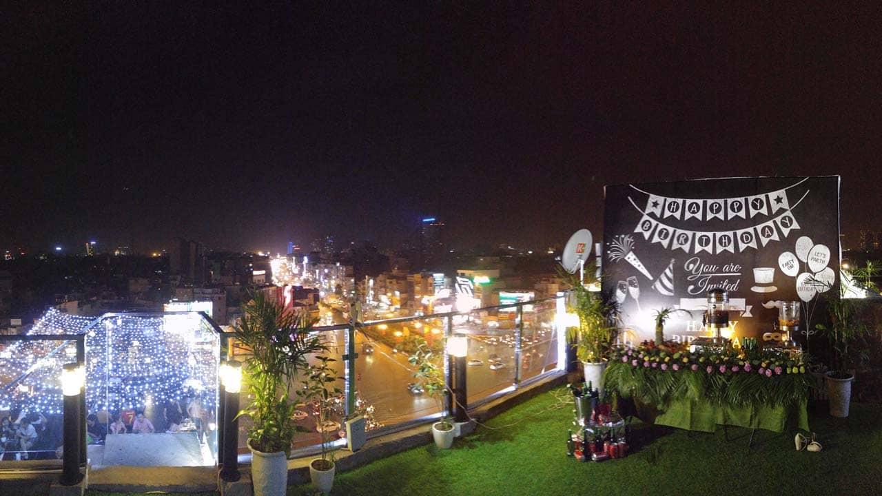 Một bữa tiệc sinh nhật được tổ chức ở sân thượng quán cafe view đẹp Hà Nội Aries Coffee. Nguồn: Internet