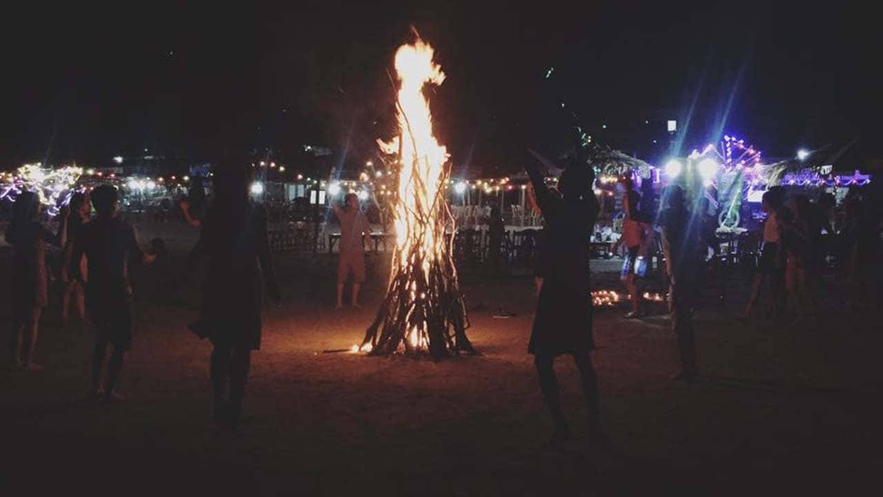Dịch vụ lửa trại trên bãi biển của homestay Cô Tô Cường Thịnh. Nguồn: Internet