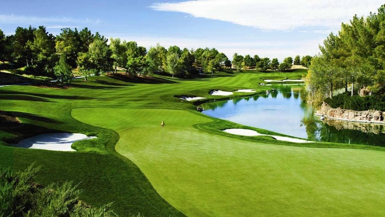 Sân Golf FLC Hạ Long dạng links với nhiều loại địa hình kết hợp, tạo nên khung cảnh đẹp và độ khó cho các golf thủ. Nguồn: Internet