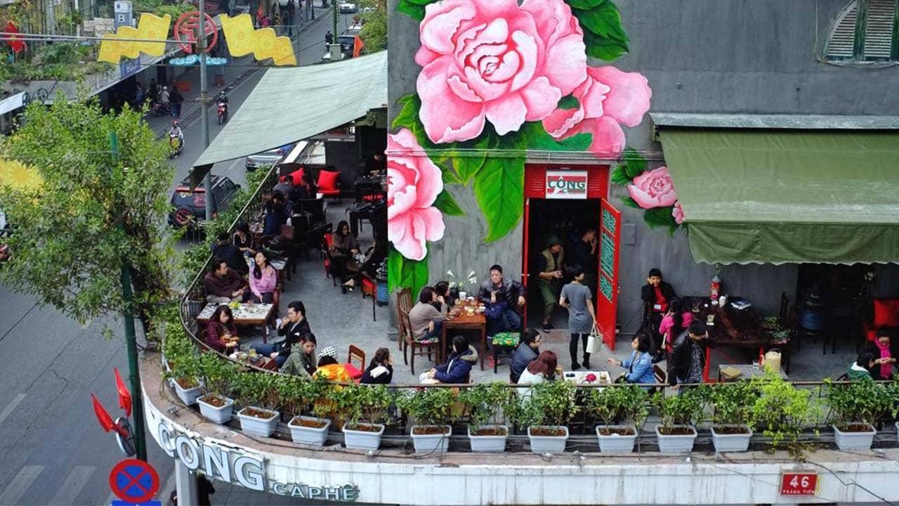 Quán cafe view đẹp Hà Nội Cộng Tràng Tiền nằm ngay ngoài mặt đường với tầm nhìn trên cao. Nguồn: Internet