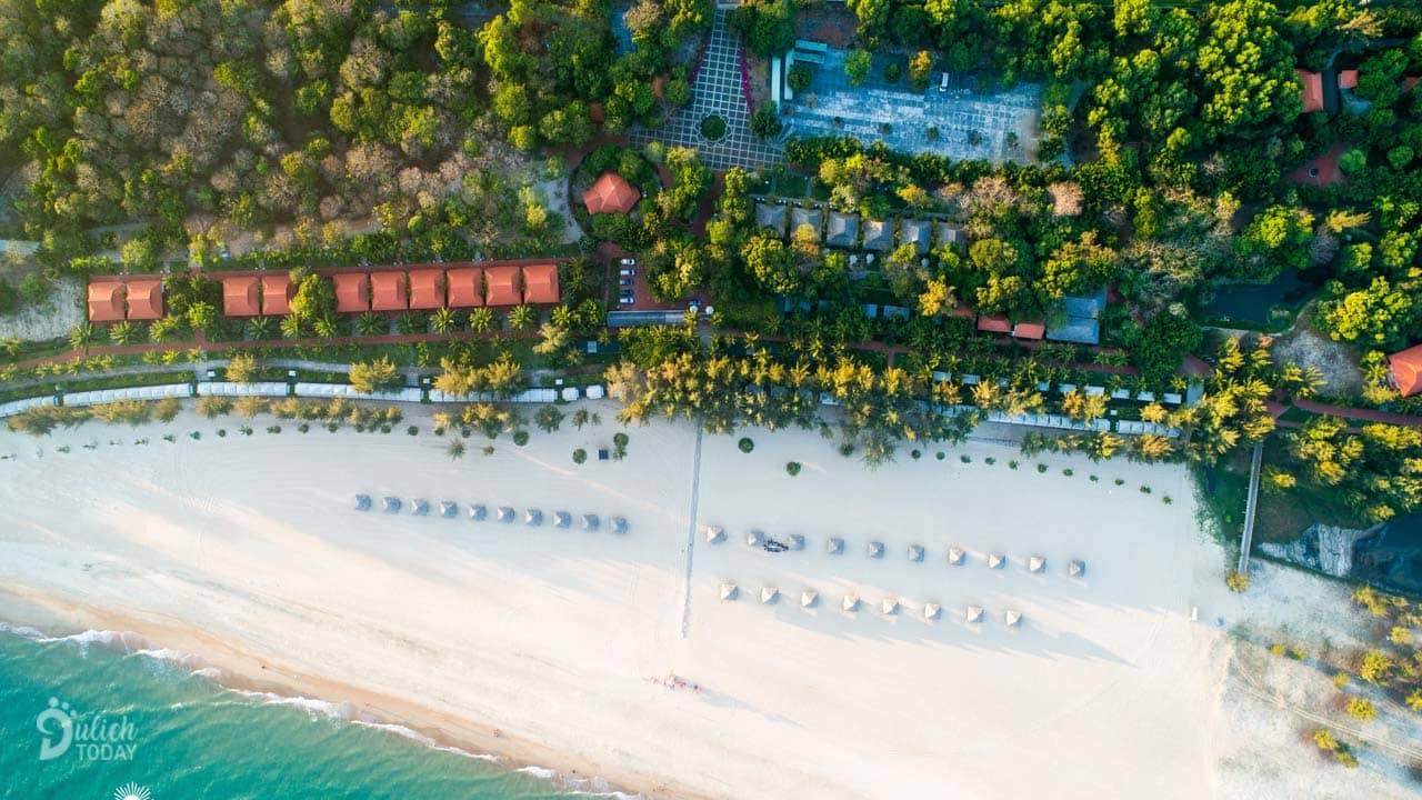 Hồ Cốc Beach Resort (hay còn có tên là Saigon Ho Coc Beach Resort & Hotel) có đường bờ biển dài