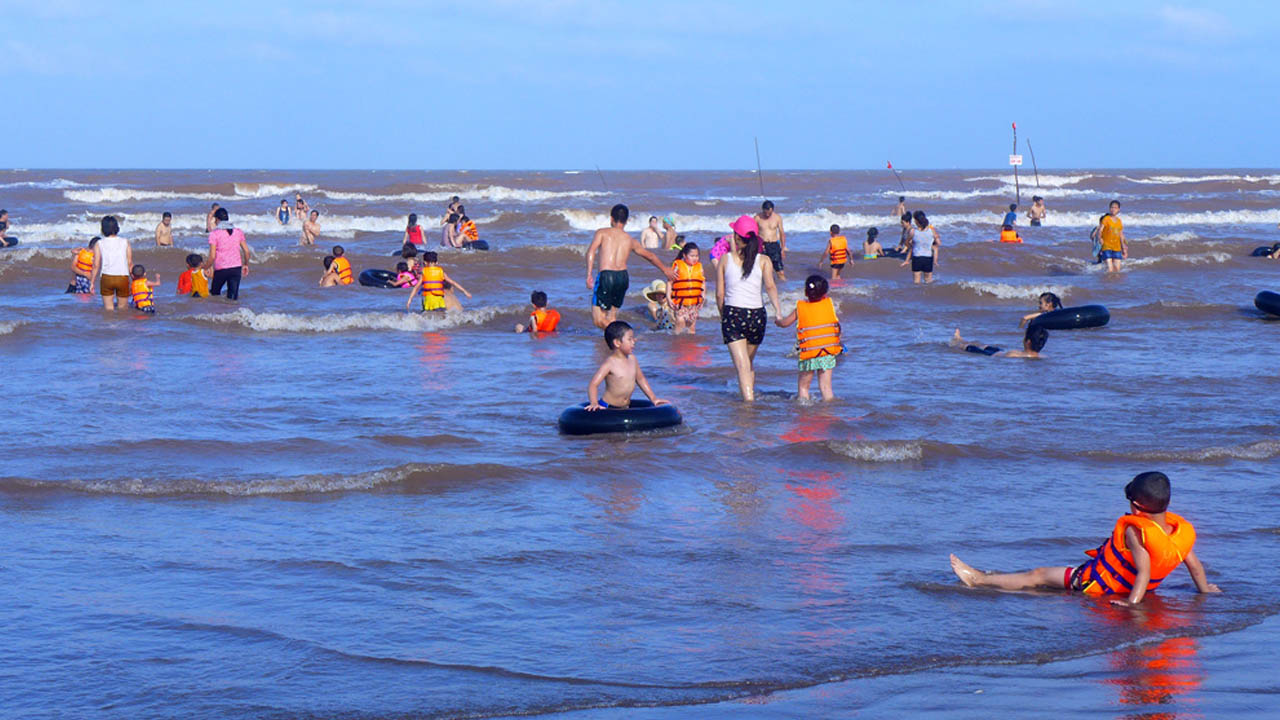 Cùng gia đình tắm biển ở bãi biển Cồn Vành