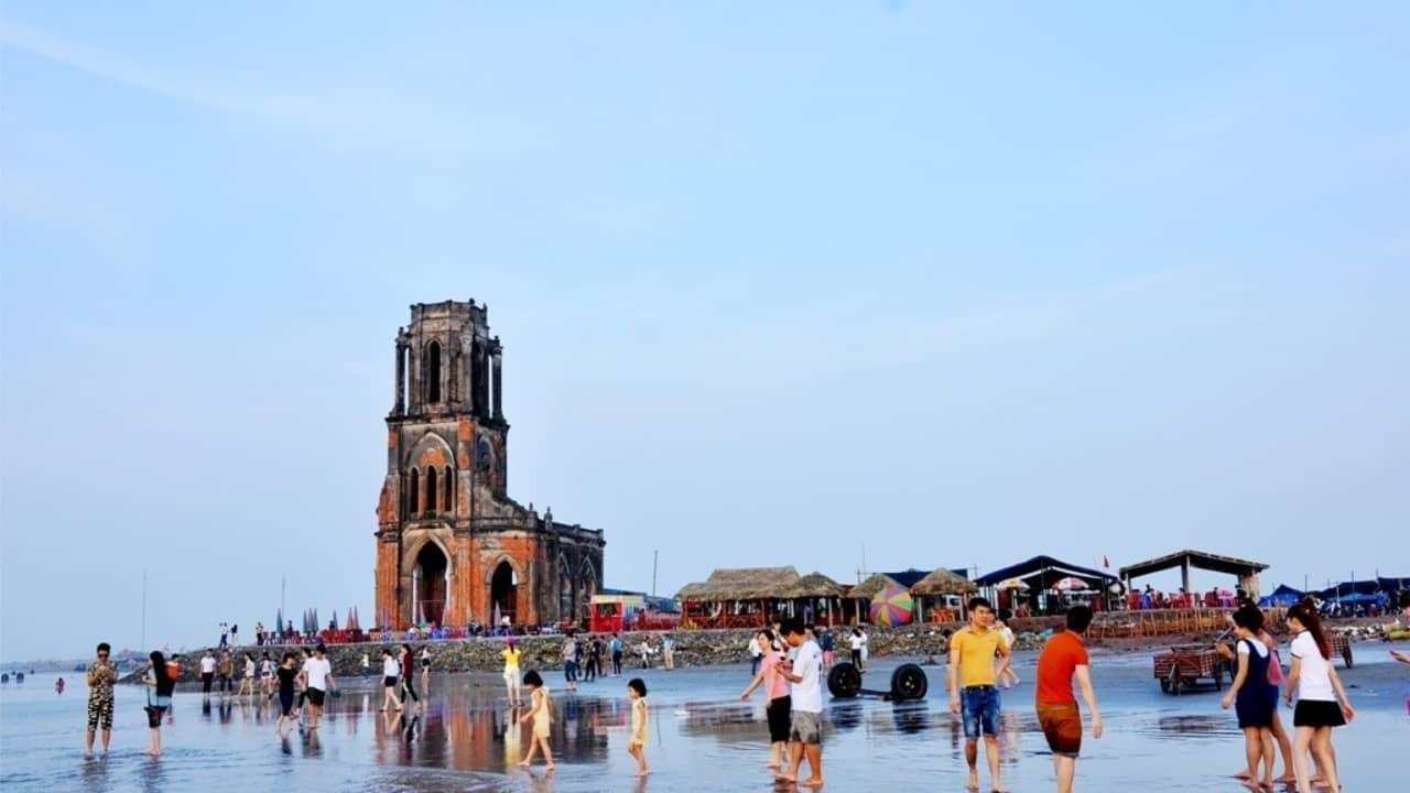 Nhà thờ đổ ngay sát bãi biển ở Hải Thịnh - Nam Định