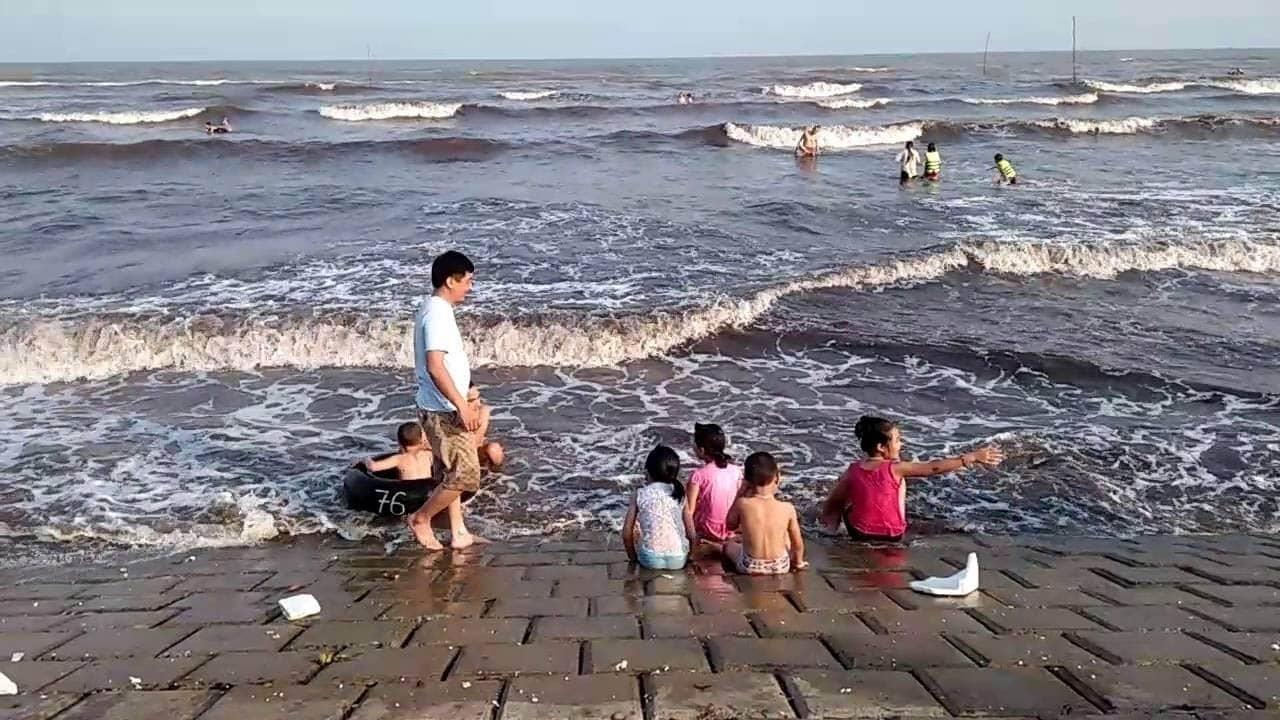 Cả gia đình cùng nhau tắm biển ở bãi biển Quất Lâm dịp 30/4