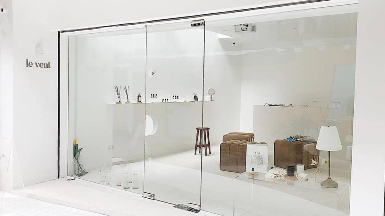 Le Vent là 1 tiệm tinh dầu cực thơm, cực sạch và cực xinh với không gian trắng toàn tập